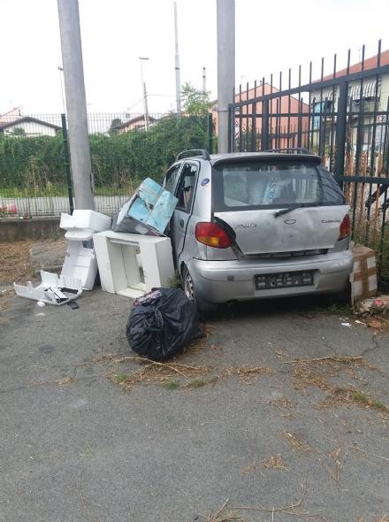 MONCALIERI - Rifiuti e auto abbandonata in strada Mongina: il degrado che fa arrabbiare i residenti