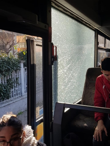 PIOSSASCO - Lautobus prende una buca ed esplode il finestrino: nessun ferito