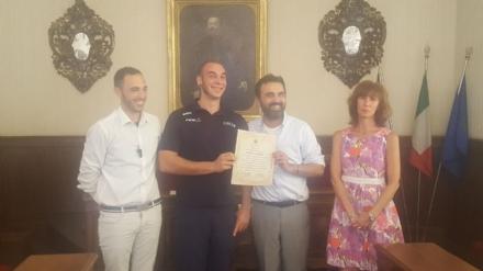 MONCALIERI - Enrico Ghione, nazionale di pallacanestro in carrozzina, premiato dal Comune
