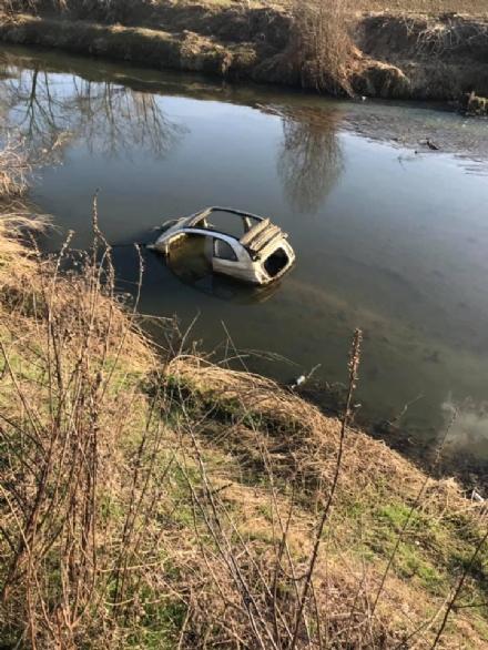 CARMAGNOLA - Nel torrente Meletta spunta la carcassa di una macchina