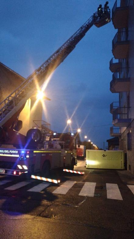 BEINASCO - Minaccia di buttarsi dal balcone, salvato dopo ore di trattativa