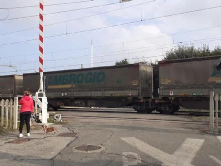 CANDIOLO - Il passaggio a livello resta aperto con il treno in manovra: le proteste del Comune