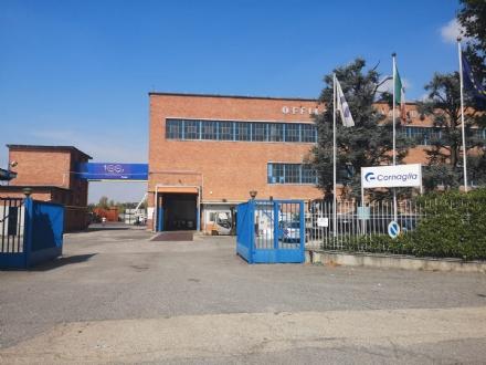 BEINASCO - Cade dal tetto della fabbrica mentre pulisce i pannelli solari: ferito alla gamba