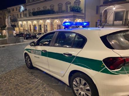 MONCALIERI - Va a spasso col cane nel parco chiuso e cerca di fuggire alla polizia locale: multato