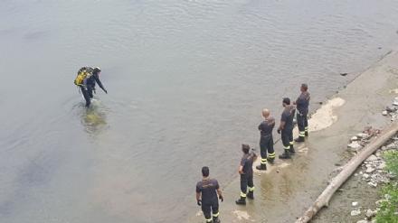 MONCALIERI - Sospese le ricerche delluomo scomparso nel Po. I sommozzatori torneranno in acqua domani