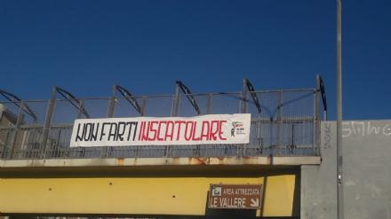 MONCALIERI - Striscione contro le Sardine sulla passerella delle Vallere