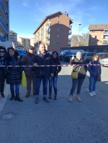 NICHELINO - Le auto sfrecciano davanti a scuola e i genitori la chiudono con un nastro