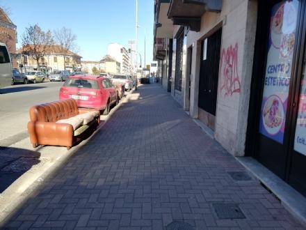MONCALIERI - Ora i rifiuti ingombranti si abbandonano anche davanti i passi carrabili