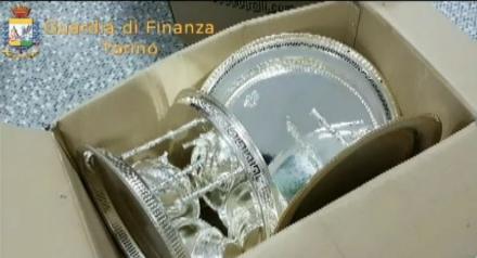 NICHELINO - Guardia di finanza sequestra oggetti che venivano spacciati per argenteria