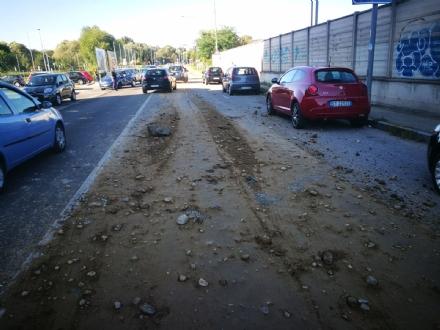 NICHELINO - Camion perde carico di terra e pietre e invade via Miraflores