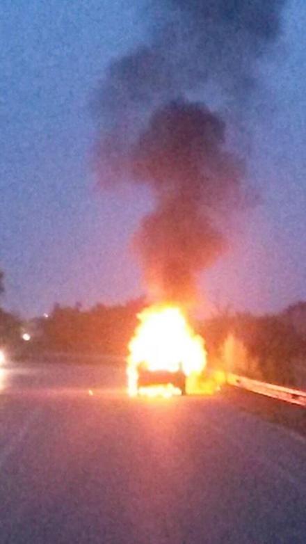 BEINASCO - Unauto va a fuoco mentre è in marcia: salvi tre ragazzi