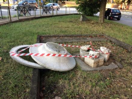 RIVALTA - Vandali devastano fontana e segnali stradali