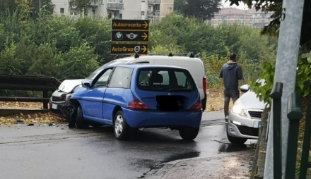 MONCALIERI - Incidente in via Moncenisio, strada bloccata accanto al Sangone