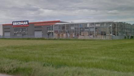 ORBASSANO - Il Comune ordina la demolizione della tettoia abusiva. Rivalta (per ora) no