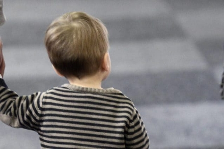 VINOVO - Lascia il bambino di due anni in casa da solo e viene denunciato