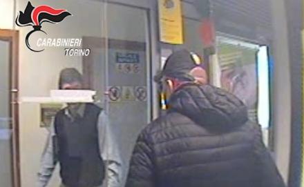 YOUTUBE Lombriasco (Torino): tentano rapina in banca ma i dipendenti li ignorano