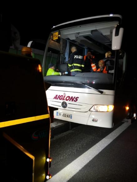 TROFARELLO - Si rompe lautobus della gita e la polstrada porta alunni e prof in albergo