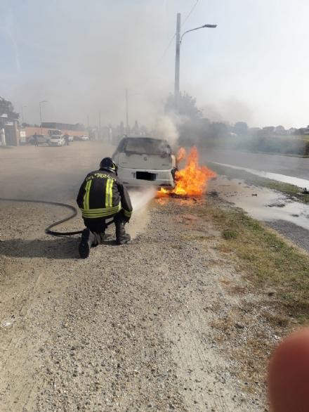 CARMAGNOLA - Lauto prende fuoco mentre viaggia, paura in via Braida
