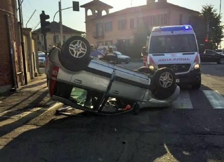 CARMAGNOLA - Pirata della strada travolge tre auto e scappa: denunciato dai vigili per omissione di soccorso