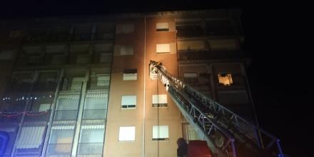 ORBASSANO - Incendio in un appartamento in via Gramsci: palazzina evacuata