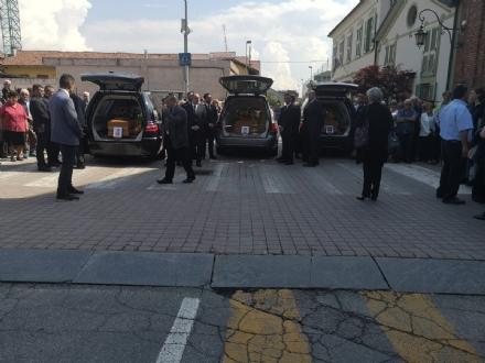 LA LOGGIA - Una folla commossa ai funerali della famiglia Sinigaglia morta nellincidente