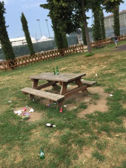 CANDIOLO - I vandali trasformano il parco giochi in immondezzaio