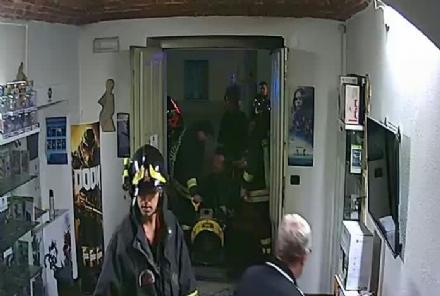 CARMAGNOLA - Due negozi incendiati in via Fratelli Vercelli: i vigili del fuoco hanno trovato tracce di benzina
