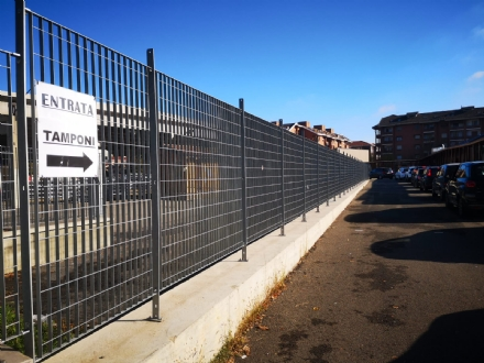 CARMAGNOLA - Il lungo serpentone di auto per i tamponi: oltre unora di coda in piazza Italia