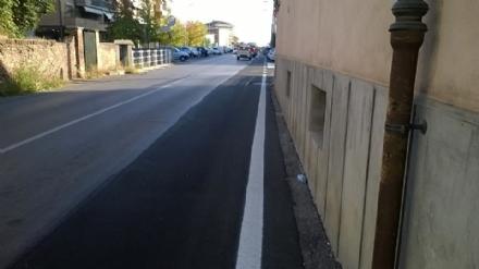 CARMAGNOLA - Dopo la posa della fibra telefonica, sparisce il passaggio pedonale in via Chiffi