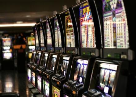 MONCALIERI - Perde 300 euro ai videopoker e per rabbia distrugge la slot machine