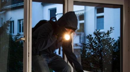 RIVALTA - Ladri rompono una finestra e rubano allinterno di un asilo