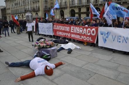 EX EMBRACO - La proprietà non si presenta allincontro sindacale: proteste dei lavoratori