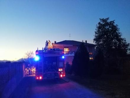 VINOVO - Paura per un incendio ad un tetto di unazienda agricola