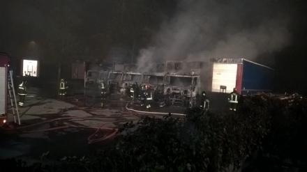 MONCALIERI - Incendio distrugge otto camion in un deposito di strada Mongina - LE FOTO -