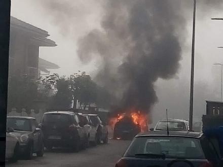 CARMAGNOLA - Auto prende fuoco durante la marcia: conducente in salvo - FOTO