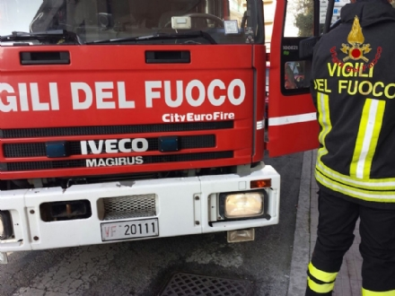 BEINASCO - Furgone in fiamme in via Mirafiori: indagano i carabinieri