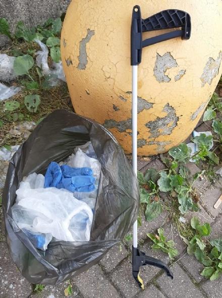 MONCALIERI - Il consigliere comunale raccoglie 170 mascherine abbandonate a terra