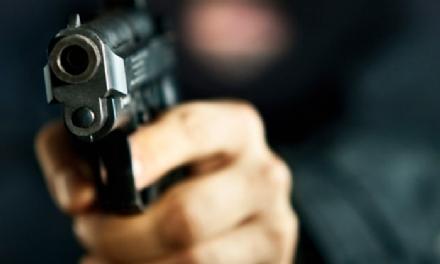 CARMAGNOLA - Gli puntano la pistola e rubano lauto