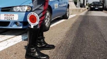 BEINASCO - Cammina in tangenziale e poi colpisce i poliziotti: denunciato