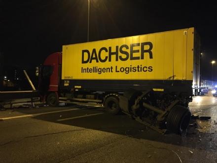 BEINASCO - Scontro in tangenziale tra due camion: feriti e due corsie chiuse