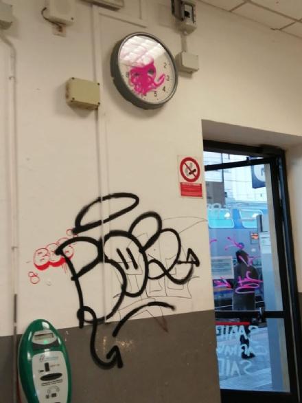 CARMAGNOLA - Nuovi atti vandalici alla stazione: imbrattata la sala daspetto