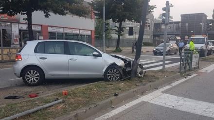 BEINASCO - Si schianta contro un palo davanti alle Fornaci