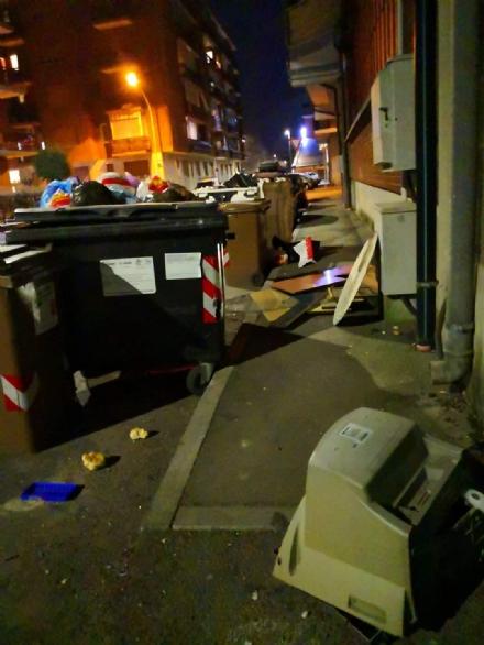 NICHELINO - Disastro di rifiuti in via Galilei: marciapiede bloccato