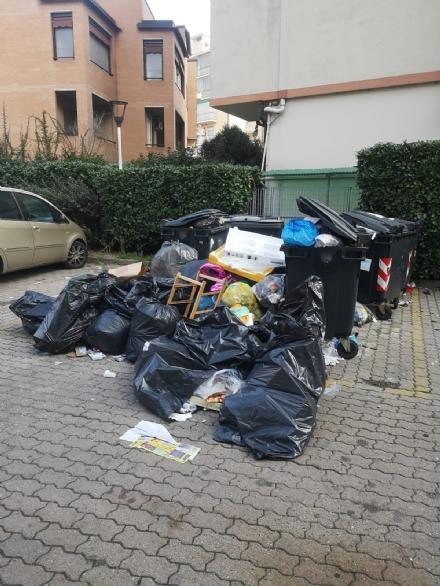 NICHELINO - Ennesimo scempio di rifiuti abbandonati nel cuore della città