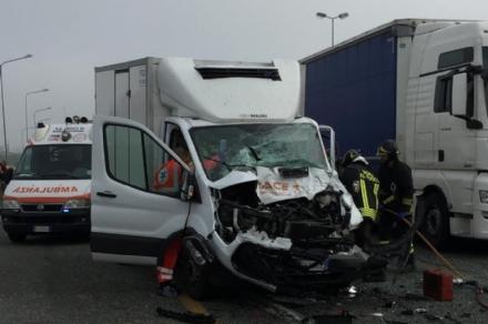 MONCALIERI - Brutto incidente in tangenziale: furgone si schianta contro un camion - FOTO