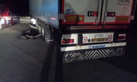 LA LOGGIA - Esplode la ruota di un camion: 11 auto coinvolte nellincidente in tangenziale
