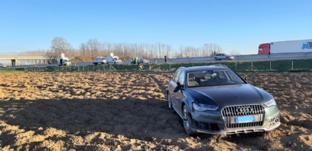 TROFARELLO - Incidente in tangenziale: auto finisce in mezzo al campo - FOTO