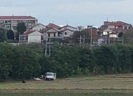 MONCALIERI - Raggiunge strada SantAmbrogio e scarica porte e infissi nel prato
