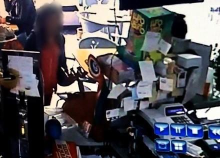 BEINASCO - «Hanno rubato il salvadanaio del gattile». Una barista beinaschese posta su Facebook le foto delle presunte ladre