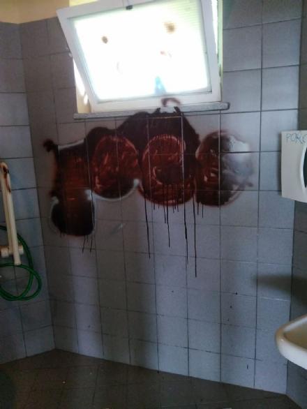 LA LOGGIA - Vandali imbrattano i servizi igienici di fronte alla scuola elementare